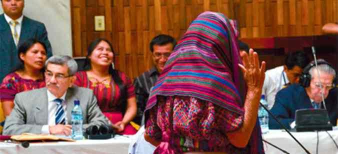 Mujer Ixil declarando en el juicio contra Rios Montt